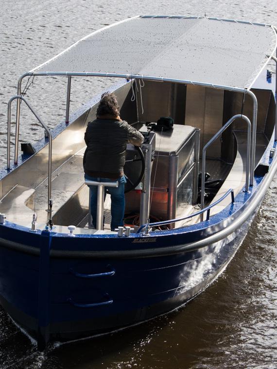 Rondvaartboot achter aanzicht aluminium boten en sloepen